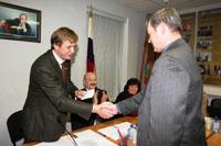 Дмитрий Саблин вручает мне награду