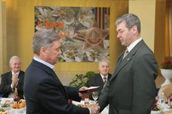Борис Громов вручает мне медаль