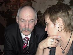 А это мой брат Георгий, беседует с моей же супругой