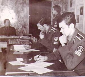 Командир роты Александр Трабер принимает экзамен у Васи Гаврилюка, а мы с Васей Дзундзой готовимся