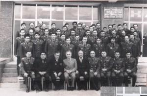 В центре сидит генерал Леонтий Робул